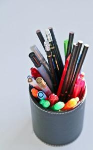 penställ med många olika pennor